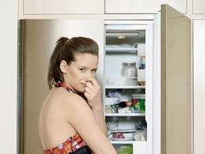 Как убрать запах из холодильника в домашних